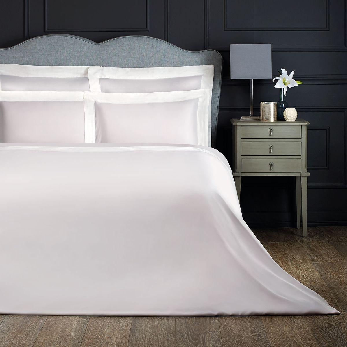 Комплект белья Togas Эдем, 2-спальный, наволочки 50х70, цвет: серый, белый30.07.30.0014Комплект постельного белья Togas Эдем, выполненный из 100% бамбукового волокна, состоит из пододеяльника, простыни и двух наволочек. Изделия имеют классический крой. Бамбуковое волокно - регенерированное целлюлозное волокно, изготовленное из стебля бамбука. Комплект постельного белья Togas Эдем гармонично впишется в интерьер вашей спальни и создаст атмосферу уюта и комфорта.ом.