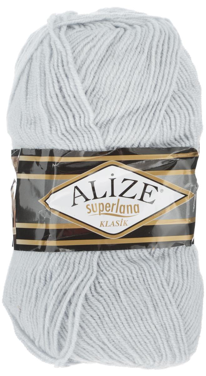 Пряжа для вязания Alize Superlana Klasik, цвет: светло-серый (698), 280 м, 100 г, 5 шт692917_698Классическая пряжа Alize Superlana Klasik имеет среднюю толщину нити и состоит из 25% шерсти и 75% акрила. Подходит для вязания теплых вещей. Пуловеры, платья, кардиганы, шапки и шарфы из этой пряжи отлично держат форму и прекрасно согреют вас в холодную погоду. Благодаря составу и скрутке, петли отлично ложатся одна к другой, вязаное полотно получается ровное и однородное. Пряжа рассчитана на любой уровень мастерства, но особенно понравится начинающим мастерицам - благодаря толстой нити пряжа Alize Superlana Klasik позволяет быстро связать простую вещь. Структура и состав пряжи максимально комфортны для вязания. Рекомендуемый размер спиц и крючка: № 3-4 мм. Состав: 75% акрил, 25% шерсть.