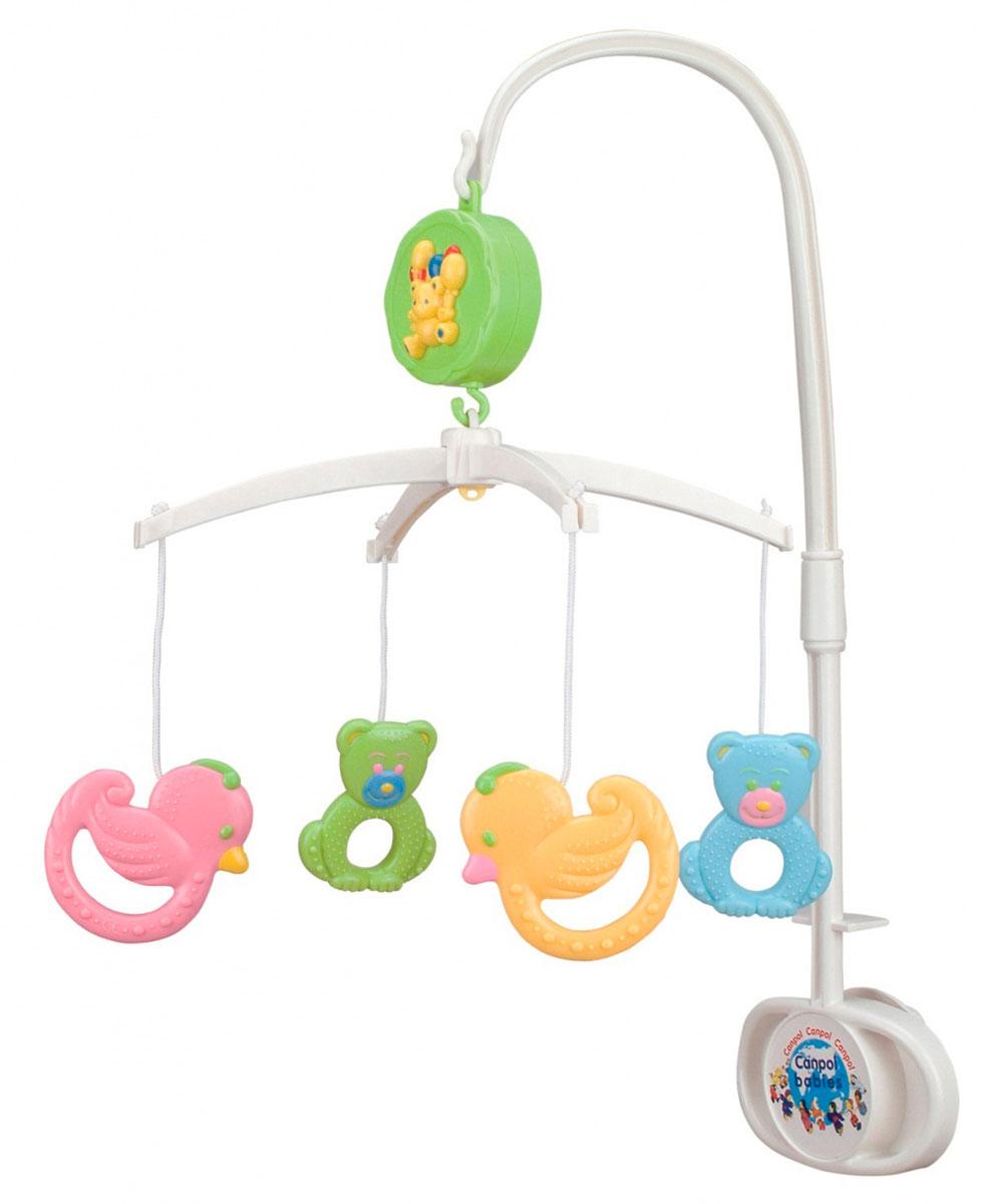 Canpol Babies Музыкальный мобиль Мишки и утки2/517Музыкальный мобиль Canpol Babies Мишки и утки - оригинальная музыкальная игрушка, предназначенная для детей с рождения. Мобиль надежно крепится к кроватке ребенка с помощью кронштейна, и создает атмосферу уюта и спокойствия в детской комнате. На кронштейн вешается музыкальное устройство, оформленное объемным изображением медвежонка с воздушными шариками, а на него - крепеж с игрушками. На текстильных веревочках крепятся пластиковые игрушки-погремушки: два медвежонка, две уточки и цветочек в центре. Игрушки снабжены рельефной поверхностью и удобными ручками, благодаря чему могут использоваться как отдельные погремушки. Благодаря заводному механизму, мобиль не требует батареек. Удобный выключатель позволяет выключить мелодию до конца завода. Хоровод ярких игрушек, которые летают над вашим малышом в ритме нежной музыки, способствует развитию первого слухового и зрительного восприятия.