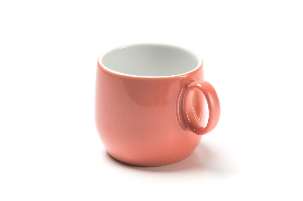 Чашка чайная La Rose des Sables Yaka Rose, 220 мл883323 2228Чайная чашка La Rose des Sables Yaka Rose выполнена из высококачественного тунисского фарфора, изготовленного из уникальной белой глины. На всех изделиях La Rose des Sables можно увидеть маркировку Pate de Limoges. Это означает, что сырье для изготовления фарфора добывают во французской провинции Лимож, и качество соответствует высоким европейским стандартам. Все производство расположено в Тунисе. Особые свойства этой глины, открытые еще в 18 веке, позволяют создать удивительно тонкую, легкую и при этом прочную посуду. Благодаря двойному термическому обжигу фарфор обладает высокой ударопрочностью, жаропрочностью и великолепным блеском глазури. Коллекция Yaka Rose - яркий пример посуды в современном дизайне. Стильное сочетание лаконичной формы и необычного розового цвета с коралловым оттенком. Прекрасный вариант посуды на каждый день. Можно использовать в СВЧ печи и мыть в посудомоечной машине.