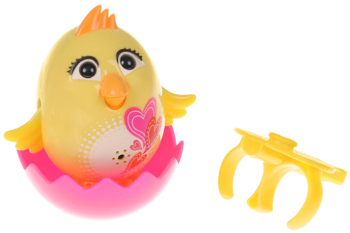 DigiFriends Интерактивная игрушка Цыпленок с кольцом цвет желтый88280_желтыйУ вас есть шанс получить уникального домашнего питомца - поющую птичку. Не каждый может похвастаться этим. Интерактивная игрушка DigiFriends Цыпленок с кольцом - это умная птичка, которая будет развлекать вас различными мелодиями, пением и ритмичными движениями. Для активизации птички необходимо подуть на нее. Чтобы активировать режим проигрывания мелодий достаточно посвистеть в свисток, который имеется в комплекте. Игрушка издает 55 вариантов мелодий и звуков. Кольцо-свисток может служить как переносной насест для птички. Ребенок может надеть кольцо на два пальца, закрепить там игрушку и свободно играть. Птичка DigiFriends устойчива на любой ровной поверхности. Игрушка может поворачивать голову и шевелить клювом в такт мелодии. Игрушка работает в двух режимах: соло и хор. Можно синхронизировать неограниченное количество птичек или других персонажей DigiFriends. Главным в хоре становится персонаж, которого включили первым. Такая игрушка станет незабываемым подарком для любого...