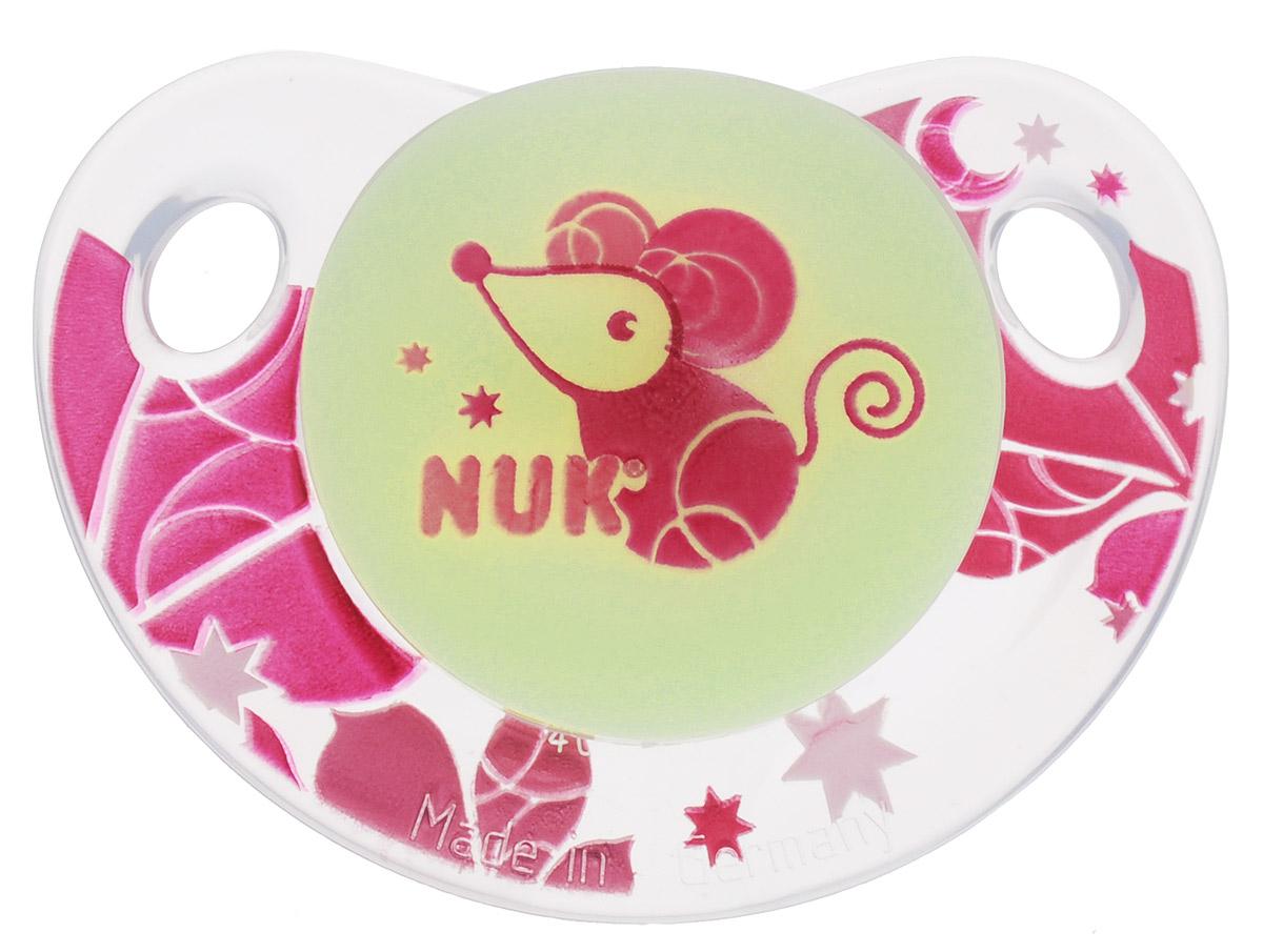 NUK Пустышка силиконовая ортодонтическая Мышка от 18 до 36 месяцев10739039_розовый, мышкаОртодонтическая пустышка NUK Мышка обеспечивает формирование правильного прикуса и челюстно-лицевого аппарата в целом. Силиконовая пустышка имитирует форму соска материнской груди в момент кормления и тренирует губы, мышцы, язык и челюсти. Имеет клапанную систему Nuk Air System - воздух выходит через специальное отверстие, благодаря чему пустышка остается мягкой и сохраняет свою форму, что предотвращает деформацию полости рта ребенка. Загубник пустышки анатомической формы полностью прилегает к лицу ребенка и оснащен специальными вентиляционными отверстиями. Специальный держатель в виде пуговки для быстрого выдергивания соски. Не содержит бисфенол А.
