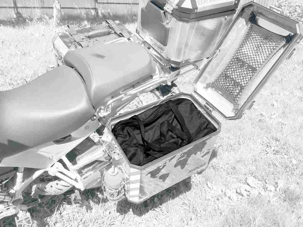 Сумка AG-brand в боковой кофр BMW, 45л, цвет: черныйAG-BMW-MC-B46Сумка внутренняя для алюминиевого кофра. Практичное решение не снимая кофра забрать багаж с собой. Два клапана: удобный верхний клапан на липучке и молнии плюс боковой клапан на молнии.Прочные ручки для переноски . Изготовлена сумка из влагонепроницаемого материала плотностью 600 ден. Объем: 45л