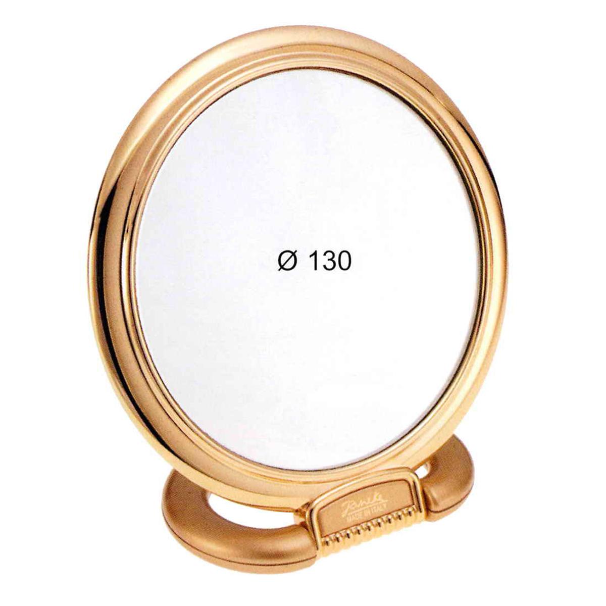 Janeke Зеркало настольное D130, линзы ZEISS, позолоченное в упаковке, 466.05.3.577222Марка Janeke – мировой лидер по производству расчесок, щеток, маникюрных принадлежностей, зеркал и косметичек. Марка Janeke, основанная в 1830 году, вот уже почти 180 лет поддерживает непревзойденное качество своей продукции, сочетая новейшие технологии с традициями ста- рых миланских мастеров. Все изделия на 80% производятся вручную, а инновационные технологии и современные материалы делают продукцию марки поистине уникальной. Стильный и эргономичный дизайн, яркие цветовые решения – все это приносит истин- ное удовольствие от использования аксессуаров Janeke. Зеркала для дома итальянской марки Janeke, изготовленные из высококачественных материалов и выполненные в оригинальном стильном дизайне, дополнят любой интерьер. Односторонние или двусторонние, с увеличением и без, на красивых и удобных подс- тавках – зеркала Janeke прослужат долго и доставят истинное удо- вольствие от использования