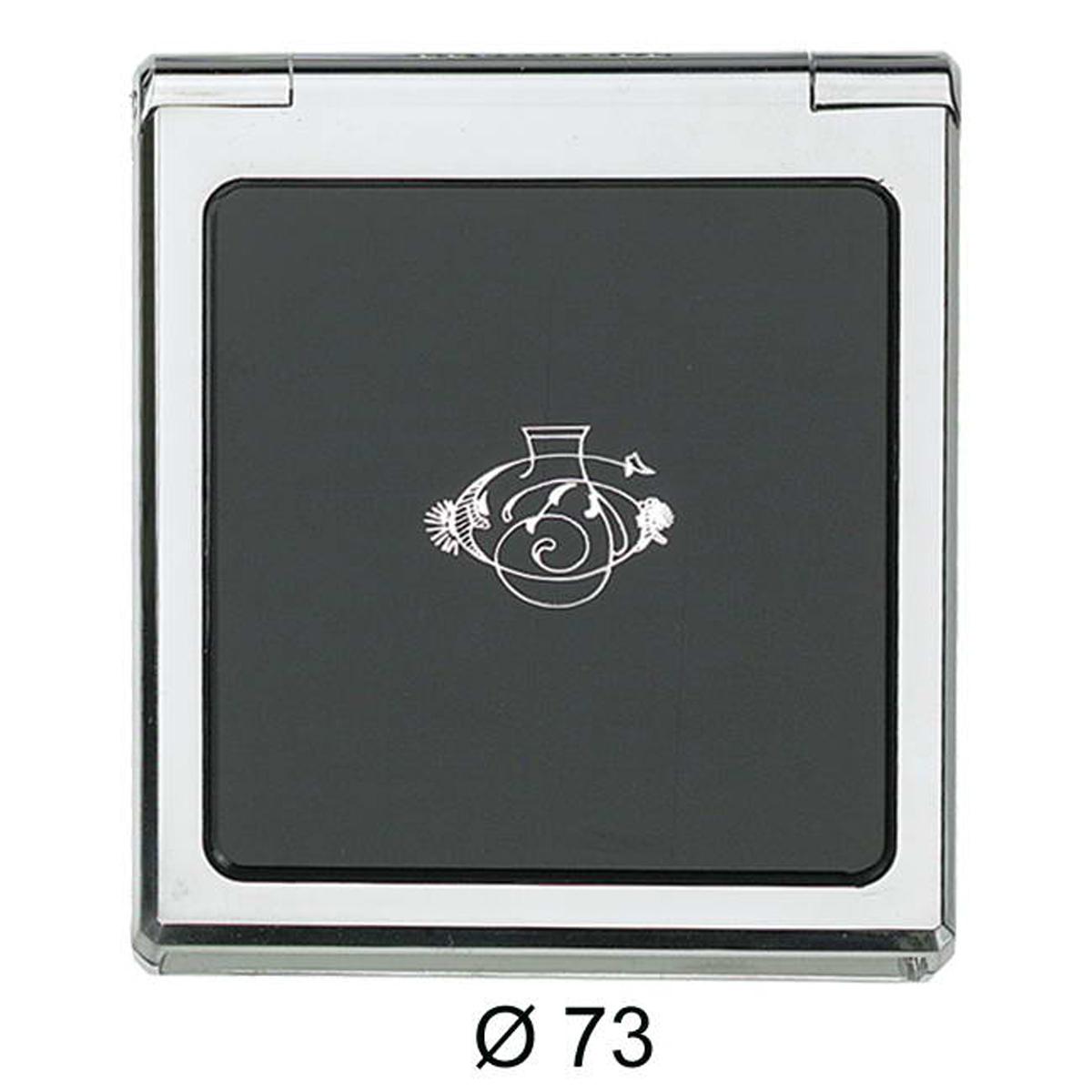 Janeke Зеркало карманое, прямоугольное, линзы ZEISS, D73, CR856.3.587326Марка Janeke – мировой лидер по производству расчесок, щеток, маникюрных принадлежностей, зеркал и косметичек. Марка Janeke, основанная в 1830 году, вот уже почти 180 лет поддерживает непревзойденное качество своей продукции, сочетая новейшие технологии с традициями ста- рых миланских мастеров. Все изделия на 80% производятся вручную, а инновационные технологии и современные материалы делают продукцию марки поистине уникальной. Стильный и эргономичный дизайн, яркие цветовые решения – все это приносит истин- ное удовольствие от использования аксессуаров Janeke. Компактные зеркала Janeke имеют линзы с обычным и трехкратным увеличением, которые позволяют быстро и легко поправить макияж в дороге. А благодаря стильному дизайну и миниатюрному размеру компактное зеркало Janeke станет любимым аксессуаром любой женщины.