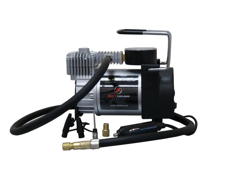 Компрессор автомобильный Skybear. 211010211010Автомобильный компрессор Skybear предназначен для быстрого накачивания шин автомобилей, резиновых лодок, мячей, матрацев и других резиновых изделий. Корпус выполнен из прочного металла. Компрессор оборудован точным манометром. Работает от прикуривателя автомобиля. Напряжение: 12/24 В. Номинальная сила тока: 14 А. Диаметр цилиндра: 30 мм. Максимальное давление: 10 Атм/150 PSI. Максимальное время работы: 40 мин.