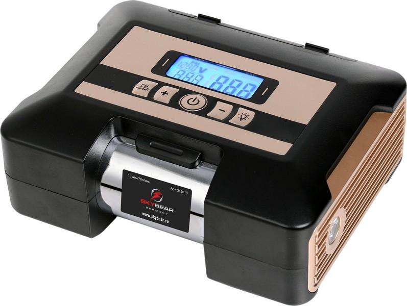 Компрессор автомобильный Skybear, электронный211040Автомобильный электронный компрессор Skybear предназначен для быстрого накачивания шин автомобилей, резиновых лодок, мячей, матрацев и других резиновых изделий. Корпус выполнен из прочного металла и пластика. Компрессор оборудован электронным дисплеем, упрощающим работу с изделием. Работает от прикуривателя автомобиля. В комплекте 2 адаптера и сумка. Напряжение: 12 В. Максимальное давление: 10 Атм/150 PSI.