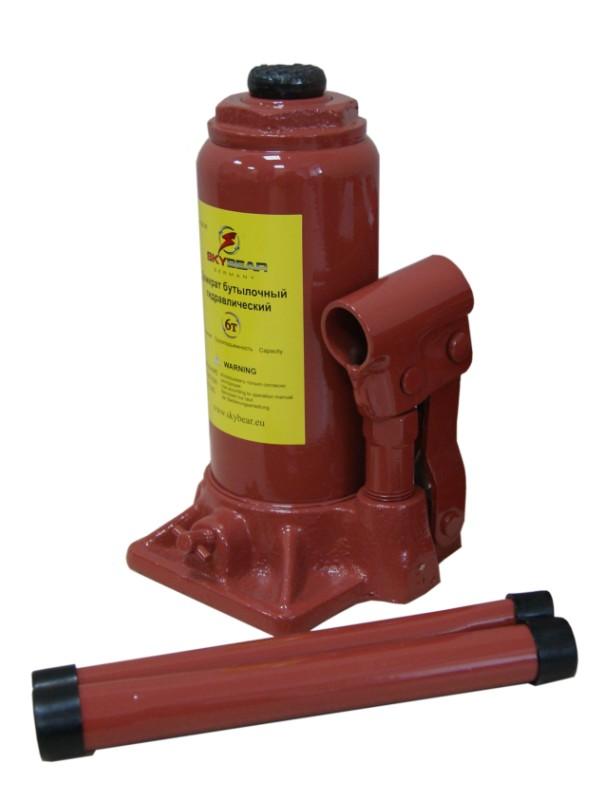 Домкрат бутылочный Skybear, гидравлический, 6 т410610Мощный бутылочный домкрат Skybear предназначен для работы с грузами массой до 6 тонн. Его можно использовать для подъема грузовой и коммерческой техники, а также для строительных и такелажных работ. Гидравлический привод домкрата позволяет быстро и без больших усилий поднять груз. Надежная и неприхотливая конструкция изделия обеспечивает его работоспособность в любых условиях. Домкрат предназначен для использования на ровной и твердой поверхности. Для переноски изделие оснащено удобной металлической ручкой. Максимальная нагрузка: 6 т. Минимальная высота: 20 см. Максимальная высота: 38,5 см. Высота винта: 6 см. Высота подъема: 12,5 см.