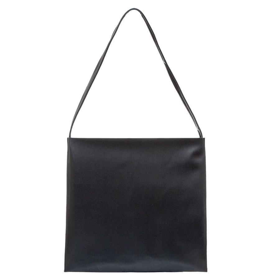 Сумка женская OrsOro, цвет: черный. D-222/1D-222/1Практичная сумка OrsOro выполнена из искусственной кожи. Внутренний объем позволяет вместить в аксессуар все необходимое. Модель имеет одно основное отделение и одно съемное, которое закрывается на застежку-молнию и может использоваться как самостоятельная сумочка-косметичка. Внутри съемного отделения имеется прорезной кармашек на застежке-молнии и накладной карман для телефона и разных мелочей. Лаконичный цвет и простая форма помогут этой сумочке вписаться даже в самый сложный и продуманный гардероб.