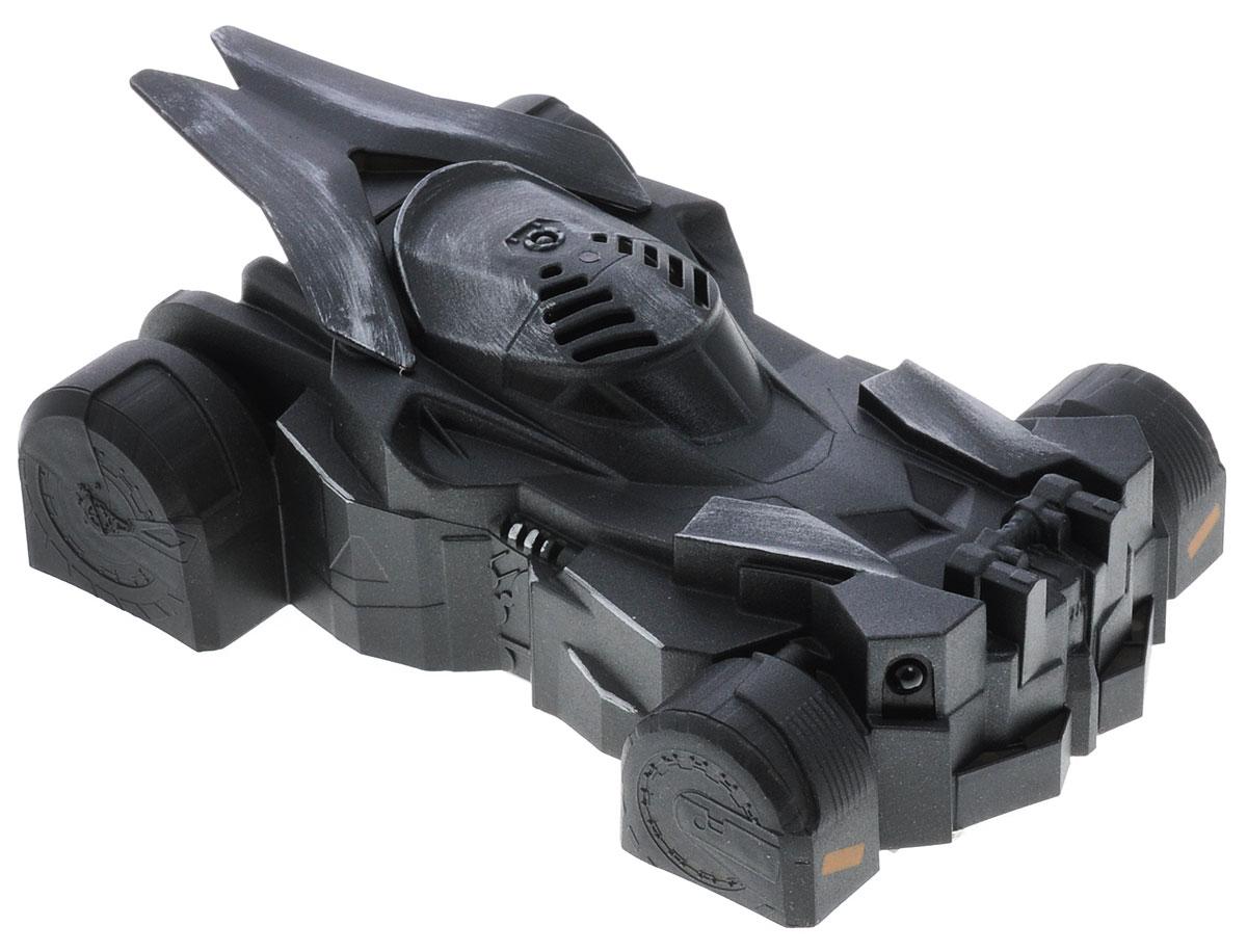 Air Hogs Машина на радиоуправлении Zero Gravity Batmobile44366B_20073012Машина на радиоуправлении Air Hogs Zero Gravity Batmobile - это автомобиль для настоящих супергероев! Бэтмобиль будет следовать за лучом, куда бы он ни указал - она может перемещаться и по стенам, и по потолку. Луч, за которым следует машинка, возникает при нажатии на кнопку специального пульта. Сам пульт выполнен так, чтобы его удобно было держать в руках и напоминает джойстик для авиасимулятора. Луч можно направить, куда угодно! Сама машинка выполнена из легкого материала, окрашена в черный цвет. Дизайн не позволяет усомниться - перед нами именно знаменитый Бэтмобиль! Коробка оформлена в стиле нового фильма Бэтмен против Супермена. Машинка работает от встроенного литий-полимерного аккумулятора 3,7 V, 200 mAh. Заряжается от пульта управления. Для работы пульта управления необходимы 6 батареек типа АА (не входят в комплект).