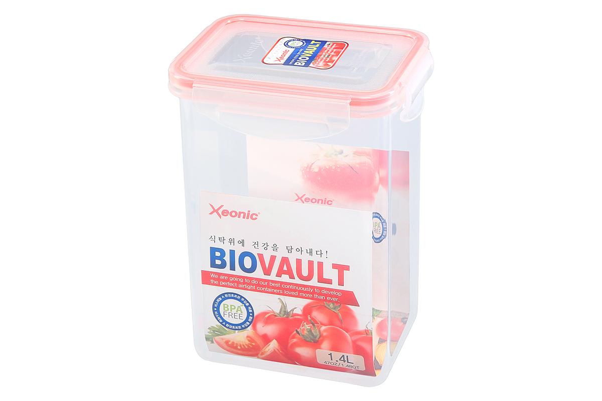 Контейнер пищевой Xeonic, прямоугольный, цвет: прозрачный, красный, 1,4 л. 810071810071Пластиковые герметичные контейнеры для хранения продуктов Xeonic произведены из высококачественных материалов, имеют 100% герметичность, термоустойчивы, могут быть использованы в микроволновой печи и в морозильной камере, устойчивы к воздействию масел и жиров, не впитывают запах. Удобны в использовании, долговечны, легко открываются и закрываются, не занимают много места, можно мыть в посудомоечной машине. Размеры контейнера: 13,5 х 10 х 18,5 см.