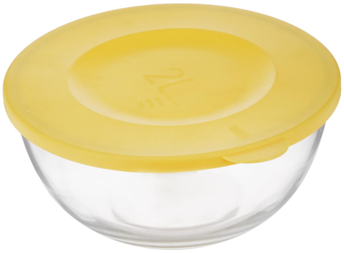 Чаша Glasslock, с крышкой, цвет: прозрачный, желтый, 2 лMBCB-200FЧаша Glasslock выполнена из закаленного ударопрочного стекла и оснащена пластиковой крышкой. Изделие плотно и герметично закрывается крышкой, что позволяет продуктам дольше оставаться свежими, сохранять аромат и вкус. Благодаря прозрачным стенкам, можно видеть содержимое. Такая чаша подходит для повседневного использования. Она идеальна для овсяных хлопьев, фруктов, риса и многого другого. Также в ней можно приготовить салаты. Приятный дизайн подойдет практически для любого случая. Можно мыть в посудомоечной машине, использовать в СВЧ-печах. Подходит для хранения пищи в холодильнике и морозильнике. Не использовать в духовке. Размер чаши (с учетом крышки): 23 х 21,5 х 10,5 см.