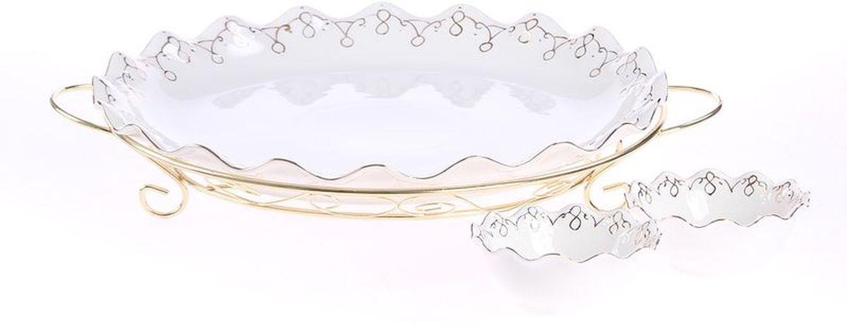Блюдо круглое на металлической подставке + 2 соусника 40*5 см 12*5 см PATRICIAIM04-0800Блюдо круглое выполнено из белоснежного фарфора. Изделие украшено рельефным узором и позолотой . Благодаря специально подставке с ручками, блюдо удобно перемещать. В комплекте к блюду прилагаются 2 соусника.