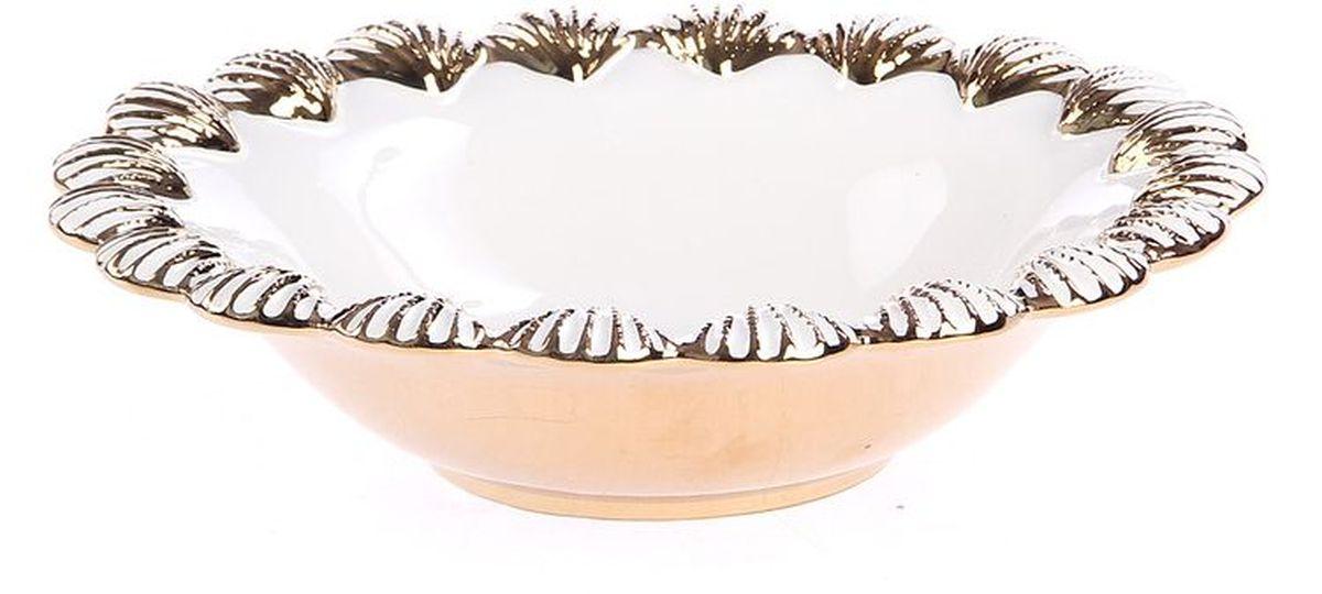 Фруктовница 275 см PATRICIAIM08-0404Фруктовница выполнена из керамики. Благодаря применению в производстве специальных эмалей, по белизне керамика, используемая в этом изделии способна поспорить с фарфором. Чаша подойдет для подачи фруктов или больших порций салата. Изделие украшено рельефным узором в виде морских ракушек и позолотой.