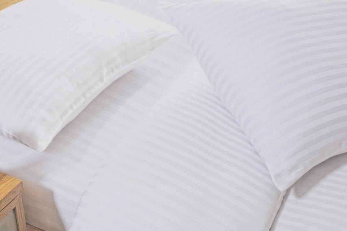 Простыня Arya Otel, цвет: белый, 160 х 260 см. F9728870F9728870Простыня Arya Otel выполнена из сатина (100% хлопок) и абсолютно безопасна даже для самых маленьких членов семьи. Сатин отличается повышенной износостойкостью, выдерживает многочисленные стирки и остается таким же ярким и мягким, как и в первый день использования. Хороший, качественный сатин всегда ценился любителями спокойного и комфортного сна. Изысканный глянец и волнующий тактильный эффект, позволяющий сравнить сатин с шелком, достигается благодаря особому переплетению волокон, придающему белью шелковистую мягкость и прочность. Сатин оказывает расслабляющее и оздоравливающее воздействие, хорошо согревает тело, прекрасно впитывает влагу, обладает высокими экологическими показателями и износостойкостью. Он прост в уходе, почти не мнется, поэтому его не обязательно тщательно гладить.