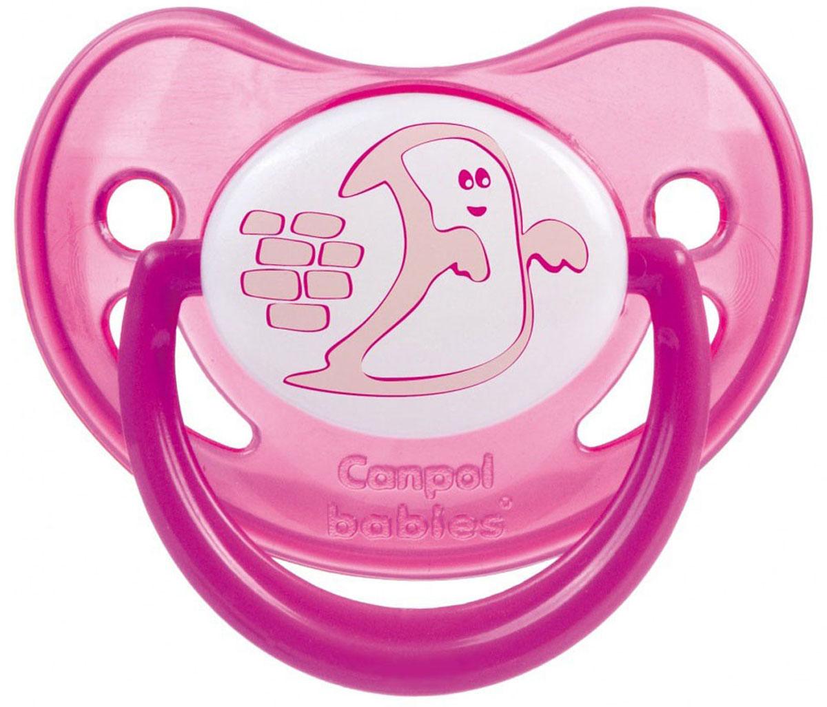 Canpol Babies Пустышка силиконовая ортодонтическая Каспер от 0 до 6 месяцев22/500_розовый, касперСиликоновая пустышка Canpol Babies Каспер предназначена для малышей от 0 до 6 месяцев. Ортодонтическая пустышка способствует правильному физиологическому развитию ротовой полости, а также правильному развитию неба, языка и зубов малыша. Исключительно мягкая пустышка, выполненная из прозрачного гигиеничного силикона, не имеет вкуса и запаха. Загубник пустышки оснащен специальными вентиляционными отверстиями, которые предотвращают накопление слюны и защищают нежную детскую кожу от покраснений и раздражения. Рисунок загубника светится в темноте. Пустышка удовлетворяет естественный сосательный рефлекс и тренирует мышцы губ, языка и челюсти, что играет важную роль в развитии речевых навыков и навыков приема пищи. Не содержит Бисфенол-А.