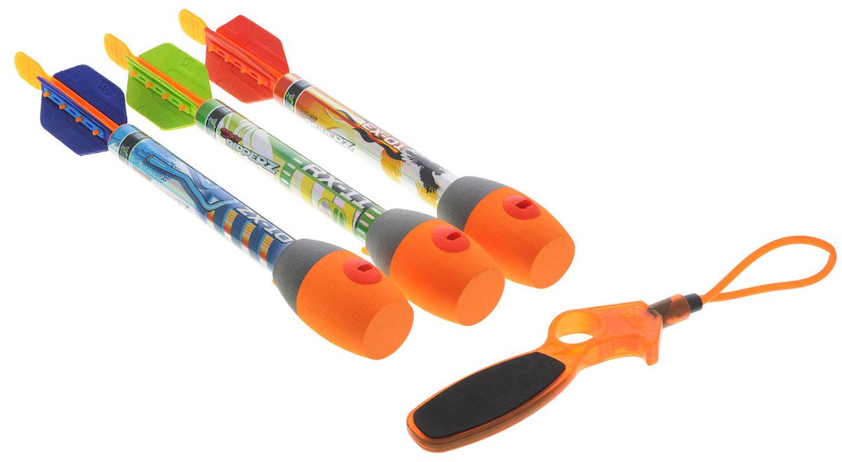 Zing Игровой набор Sky RipperzAS922Игровой набор Zing Sky Ripperz серии Air Storm - это замечательный набор, включающий три свистящие в полете стрелы-ракеты и спусковой механизм. Игра удивительно проста и увлекательна - для того чтобы запустить стрелу в воздух, необходимо, зацепив стрелу за резиновую петлю, одной рукой ухватится за ручку пускового устройства, а другой оттягивать стрелу за оперение. Когда резиновая петля будет натянута достаточно сильно, прицеливайтесь и отпускайте стрелу. Дальность стрельбы зависит от силы натяжения резинки и достигает 75 метров! Во время полета стрела издает свистящий звук за счет специального отверстия в её наконечнике. Стрелы окрашены в яркие цвета, что облегчает их поиск после выстрела. Также вы можете отслеживать траекторию полёта стрелы благодаря издаваемому ею звуку.