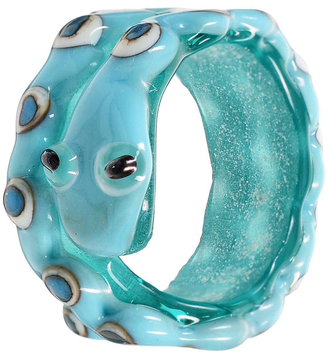 Кольцо Змеюшка, цвет: бирюзовый. (Lampwork) Ручная авторская работаАРТ. RG0007Оригинальное кольцо Змеюшка ручной авторской работы выполнено из стекла бирюзового цвета в виде змейки. Это маленькая, толстенькая и ласковая змейка. Как и все маленькие существа, она очень серьезная и мудро смотрит на свою улыбающуюся хозяйку, прикорнув на ладони. Скоро она проснется, будет снова пулей носиться между чашек, россыпи печенья на столе, прячась за салфеткой. Напившись молока из блюдечка - успокоено дремать, принюхиваясь к сладким запахам пирожков. Пребывание в коробке с украшениями противопоказано - она удирает оттуда, стоит оставить ее лишь на несколько минут. Она спешит к той, которую любит, к той, которая получила ее в черной коробочке с мягкой подложкой, к своей хозяйке, которая балует ее вниманием и согревает в руках, успокаивая и защищая. Каждое украшение выполнено вручную и потому уникально. Ваше украшение может несколько отличаться в деталях от представленного на фотографии. Общий вид украшения сохраняется.