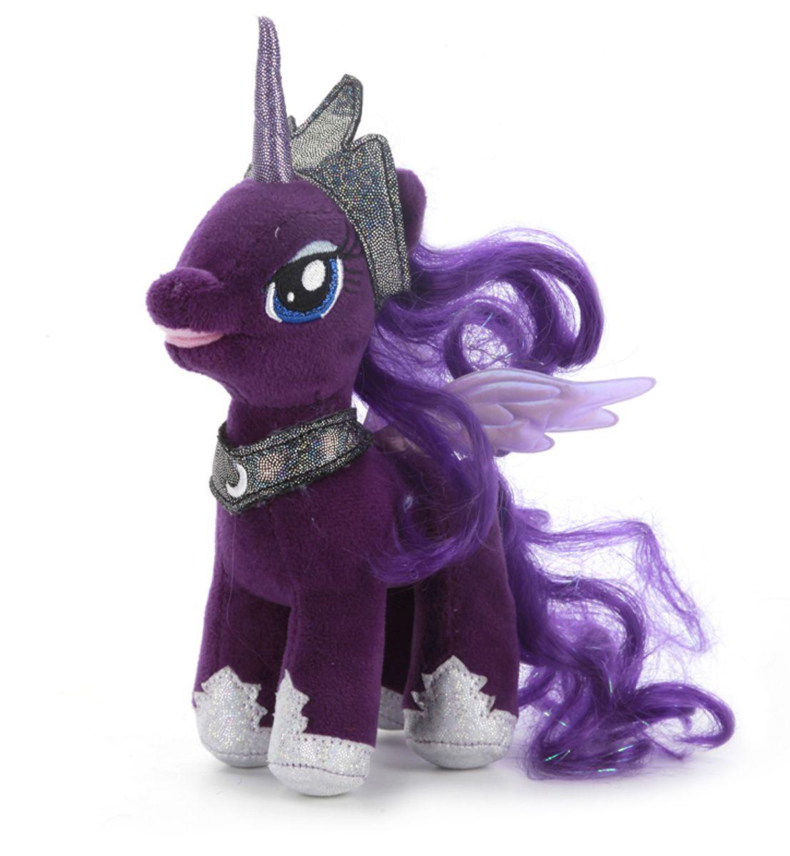 Мульти-Пульти Мягкая игрушка Принцесса Луна My Little PonyV62018/17Мягкая игрушка сама по себе ассоциируется с радостью и весельем, конечно, и для наших детей такой подарок станет поистине незабываемым. Забавные, добрые мягкие игрушки радуют детей с самого рождения. Ведь уже в первые месяцы жизни ребенок проявляет интерес к плюшевым зверятам и необычным персонажам. Сначала они помогают ему познавать окружающий мир через тактильные ощущения, знакомят его с животным миром нашей планеты, формируют цветовосприятие и способствуют концентрации внимания. Принцесса Луна My Little Pony поет на русском языке.