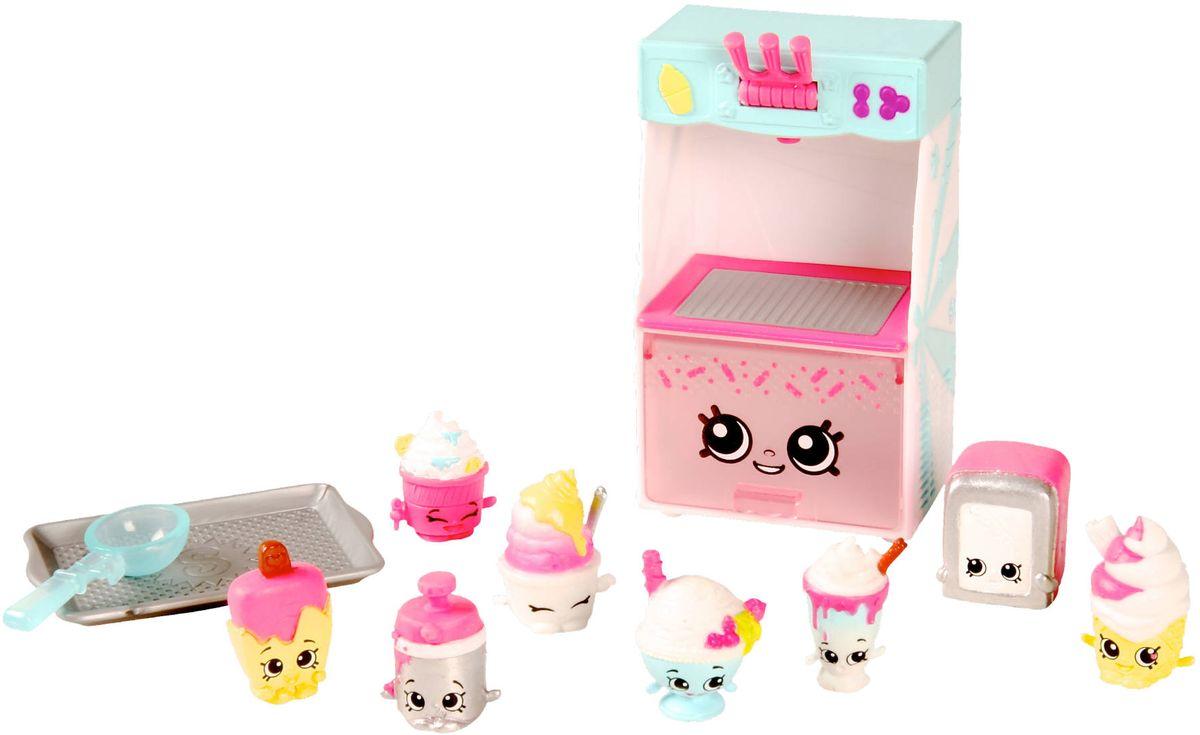Shopkins Игровой набор Ярмарка вкусов Коллекция мороженого56110/ast56116 (56109, 56110, 56214)Этот сладкий тематический набор Шопкинс «Ярмарка вкусов» включает в себя коллекцию фигурок Cool and Creamy из семейства Food Fair (Гастрономия). Здесь вы найдете 8 шопкинсов-мороженое, а также поднос,холодильный автомат с закрывающейся дверцей (в него можно посадить фигурки) и ложку. Кроме того, в комплекте есть руководство коллекционера, чтобы вы могли узнать о том, как зовут ваших героев и насколько они редкие. Помимо коллекции Cool and Creamy в ассортименте «Ярмарки вкусов» есть наборы Candy и Cupcake. Соберите их все и играйте с друзьями!