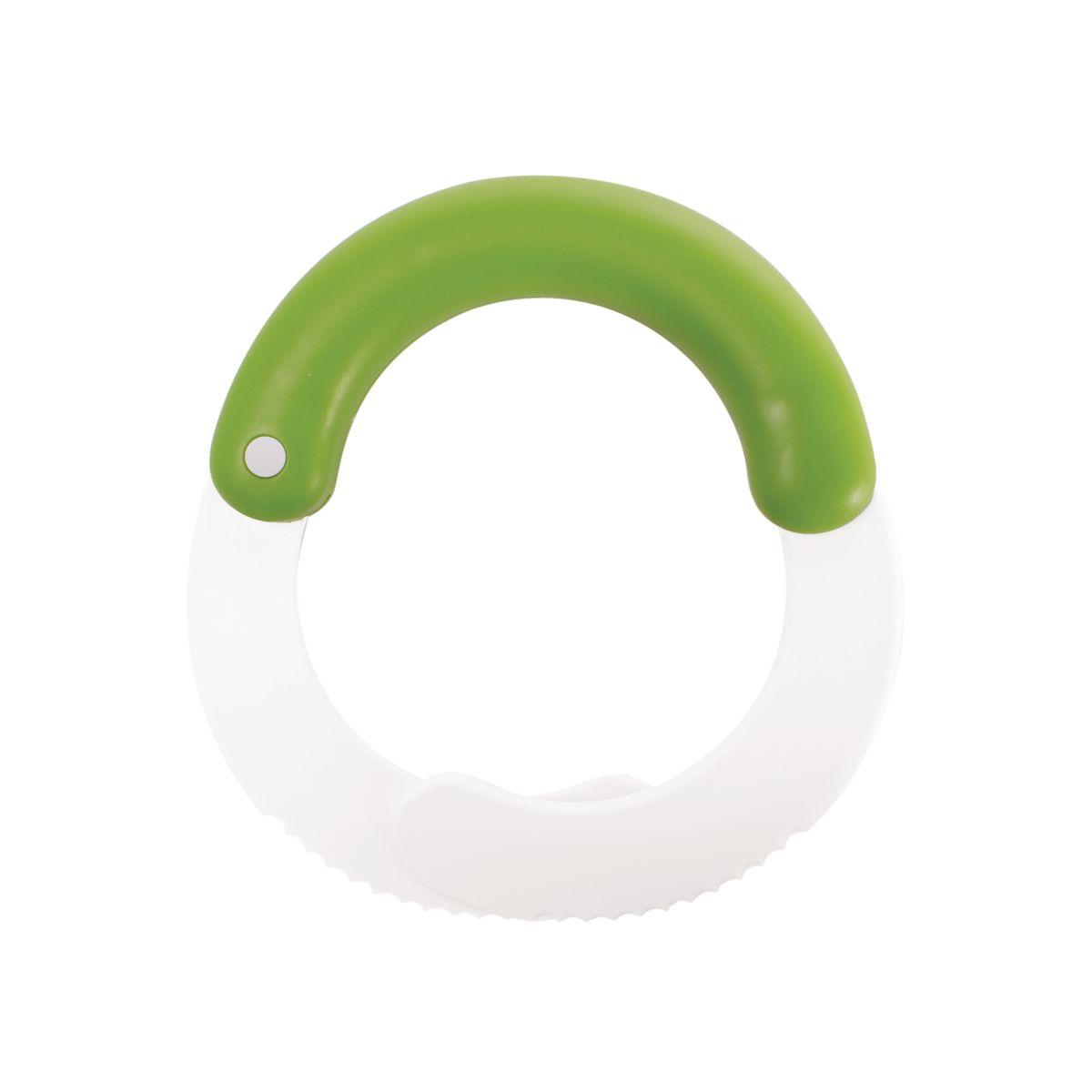 Измельчитель для листьев Chefn104-259-120Измельчитель для листьев Chefn позволит легко и просто подготовить салат для любого блюда. Этим устройством удобно пользоваться на разделочной доске или прямо в миске. Резиновая ручка обеспечивает надежный захват, а зазубренные лезвия быстро режут листья салата, оставляя их свежими и предотвращая увядание. Продукция торговой марки Chefn призвана облегчить и упростить работу на кухне. Можно мыть в посудомоечной машине.