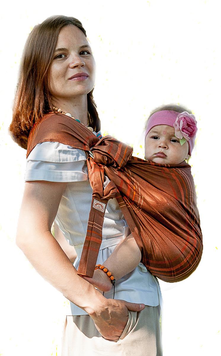 Мамарада Слинг с кольцами Терракота размер S533Слинг с кольцами позволяет носить ребенка как горизонтально в положении Колыбелька так и в вертикальном положении. В слинге в положении Колыбелька малыш распологается точно так же, как у мамы на руках, что особенно актуально для новорожденного. Ткань слинга равномерно поддерживает спинку малыша по всей длине. Малышу комфортно и спокойно рядом с мамой. Мама в это время может заняться полезными делами или прогуляться. В положении Колыбелька очень удобно кормить ребенка грудью. В слинге в вертикальном положении ножки ребенка разводятся «лягушкой». Это положение снимает нагрузку с копчика — ребенок поддерживается нижним бортиком слинга за подколенки, а верхним прижимается к маминой груди. Положение ребенка в слинге «лягушкой» – прекрасная профилактика дисплазии. Шикарный сатин немецкого качества. Слинг для дома и улицы. Состав - хлопок 100% (сатин), кольца металл 6 см
