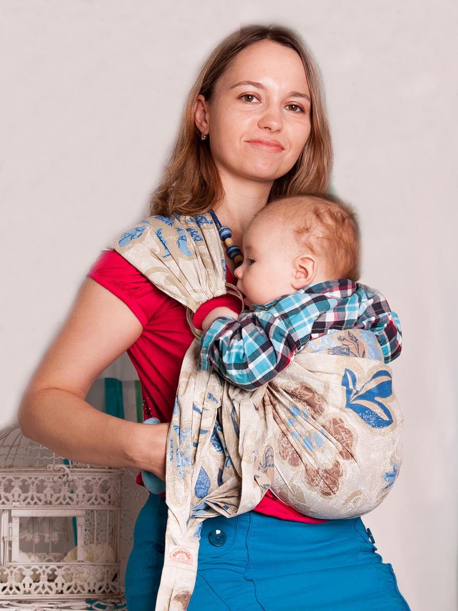 Мамарада Слинг с кольцами Галлея размер S534Слинг с кольцами позволяет носить ребенка как горизонтально в положении Колыбелька так и в вертикальном положении. В слинге в положении Колыбелька малыш располагается точно так же, как у мамы на руках, что особенно актуально для новорожденного. Ткань слинга равномерно поддерживает спинку малыша по всей длине. Малышу комфортно и спокойно рядом с мамой. Мама в это время может заняться полезными делами или прогуляться. В положении Колыбелька очень удобно кормить ребенка грудью. В слинге в вертикальном положении ножки ребенка разводятся «лягушкой». Это положение снимает нагрузку с копчика — ребенок поддерживается нижним бортиком слинга под коленками, а верхним прижимается к маминой груди. Положение ребенка в слинге «лягушкой» – прекрасная профилактика дисплазии. Слинг из Пакистанской бязи (хлопок 100%) При изготовлении этого вида ткани используются очень тонкие нити, но плотно переплетенные, за счет чего ткань становится тонкой, но очень прочной, гладкой и мягкой....