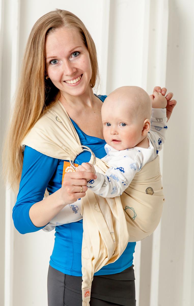 Мамарада Слинг с кольцами Волли размер S615Слинг с кольцами позволяет носить ребенка как горизонтально в положении Колыбелька так и в вертикальном положении. В слинге в положении Колыбелька малыш распологается точно так же, как у мамы на руках, что особенно актуально для новорожденного. Ткань слинга равномерно поддерживает спинку малыша по всей длине. Малышу комфортно и спокойно рядом с мамой. Мама в это время может заняться полезными делами или прогуляться. В положении Колыбелька очень удобно кормить ребенка грудью. В слинге в вертикальном положении ножки ребенка разводятся «лягушкой». Это положение снимает нагрузку с копчика — ребенок поддерживается нижним бортиком слинга за подколенки, а верхним прижимается к маминой груди. Положение ребенка в слинге «лягушкой» – прекрасная профилактика дисплазии. Шикарный сатин немецкого качества. Слинг для дома и улицы. Состав - хлопок 100% (сатин), кольца металл 6 см