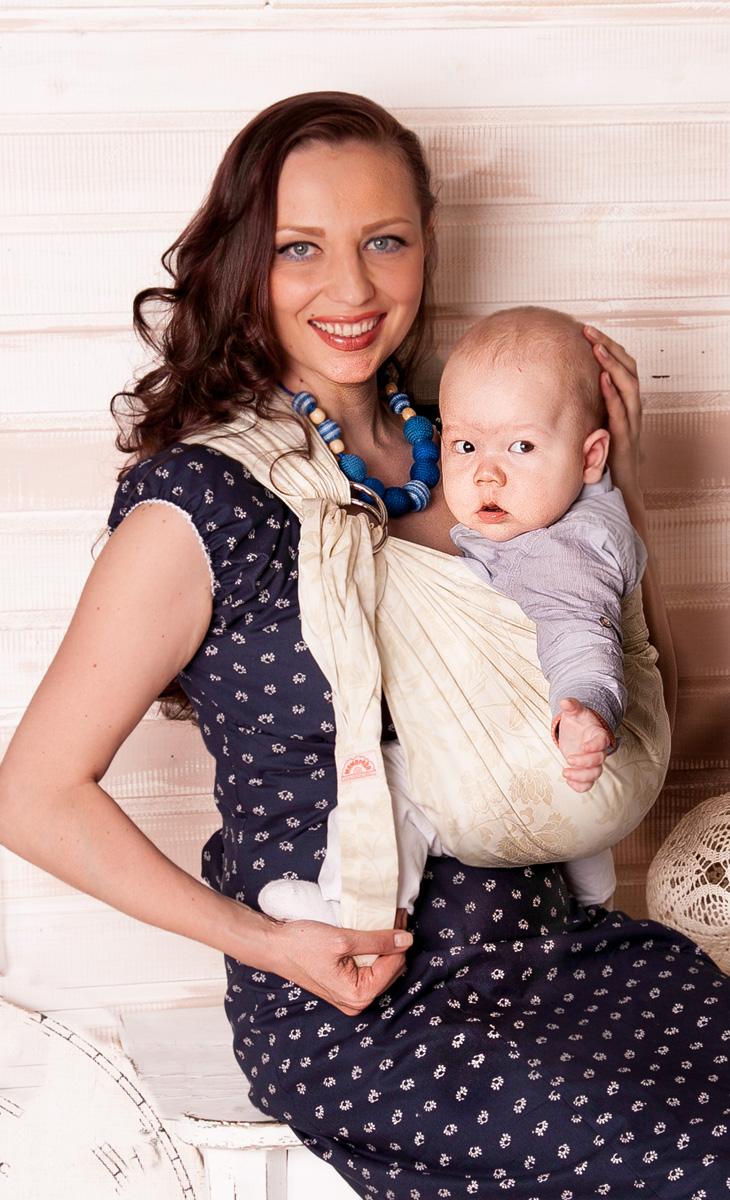 Мамарада Слинг с кольцами Ланвин размер S7009Слинг с кольцами позволяет носить ребенка как горизонтально в положении Колыбелька так и в вертикальном положении. В слинге в положении Колыбелька малыш распологается точно так же, как у мамы на руках, что особенно актуально для новорожденного. Ткань слинга равномерно поддерживает спинку малыша по всей длине. Малышу комфортно и спокойно рядом с мамой. Мама в это время может заняться полезными делами или прогуляться. В положении Колыбелька очень удобно кормить ребенка грудью. В слинге в вертикальном положении ножки ребенка разводятся «лягушкой». Это положение снимает нагрузку с копчика — ребенок поддерживается нижним бортиком слинга за подколенки, а верхним прижимается к маминой груди. Положение ребенка в слинге «лягушкой» – прекрасная профилактика дисплазии. Шикарный сатин немецкого качества. Слинг для дома и улицы. Состав - хлопок 100% (сатин), кольца металл 6 см