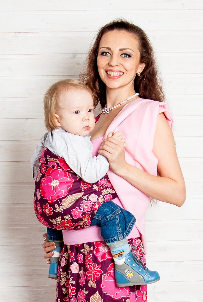 Мамарада Слинг с кольцами Женева размер М518Слинг с кольцами позволяет носить ребенка как горизонтально в положении Колыбелька так и в вертикальном положении. В слинге в положении Колыбелька малыш распологается точно так же, как у мамы на руках, что особенно актуально для новорожденного. Ткань слинга равномерно поддерживает спинку малыша по всей длине. Малышу комфортно и спокойно рядом с мамой. Мама в это время может заняться полезными делами или прогуляться. В положении Колыбелька очень удобно кормить ребенка грудью. В слинге в вертикальном положении ножки ребенка разводятся «лягушкой». Это положение снимает нагрузку с копчика — ребенок поддерживается нижним бортиком слинга за подколенки, а верхним прижимается к маминой груди. Положение ребенка в слинге «лягушкой» – прекрасная профилактика дисплазии. Шикарный сатин немецкого качества. Слинг для дома и улицы. Состав - хлопок 100% (сатин), кольца металл 6 см.