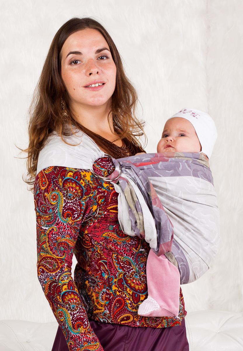 Мамарада Слинг с кольцами Кэнди размер М548Слинг с кольцами позволяет носить ребенка как горизонтально в положении Колыбелька так и в вертикальном положении. В слинге в положении Колыбелька малыш располагается точно так же, как у мамы на руках, что особенно актуально для новорожденного. Ткань слинга равномерно поддерживает спинку малыша по всей длине. Малышу комфортно и спокойно рядом с мамой. Мама в это время может заняться полезными делами или прогуляться. В положении Колыбелька очень удобно кормить ребенка грудью. В слинге в вертикальном положении ножки ребенка разводятся «лягушкой». Это положение снимает нагрузку с копчика — ребенок поддерживается нижним бортиком слинга под коленками, а верхним прижимается к маминой груди. Положение ребенка в слинге «лягушкой» – прекрасная профилактика дисплазии. Слинг из Пакистанской бязи (хлопок 100%) При изготовлении этого вида ткани используются очень тонкие нити, но плотно переплетенные, за счет чего ткань становится тонкой, но очень прочной, гладкой и мягкой....