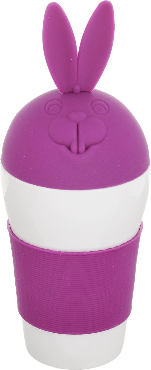 Кружка Эврика Зайка, с крышкой, цвет: белый, фиолетовый, 400 мл97067Кружка Эврика Зайка - это удобный стакан в силиконовой оправе, не позволяющей гладкой керамике выскользнуть из ваших рук. Изделие снабжено стилизованной под заячью макушку силиконовой крышкой, предохраняющей напиток от остывания. Этот стильный стакан станет украшением дружеской вечеринки или семейного чаепития, а также приятным подарком. Высота кружки (с учетом крышки): 23 см. Диаметр по верхнему краю: 9 см. Диаметр основания: 6 см.