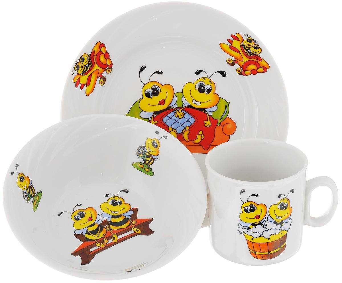 Набор посуды Идиллия. Пчелы, 3 предмета4С0467Набор посуды Идиллия. Пчелы состоит из кружки, десертной тарелки и салатника. Изделия выполнены из высококачественного фарфора, украшенного красочным рисунком. Набор посуды Идиллия. Пчелы прекрасно подойдет для вашего ребенка. В нем есть вся необходимая посуда для завтраков, обедов и ужинов. Красивый дизайн порадует малыша и превратит прием пищи в веселое занятие. Объем салатника: 360 мл. Диаметр салатника (по верхнему краю): 14,5 см. Высота салатника: 5 см. Диаметр тарелки (по верхнему краю): 17,5 см. Высота тарелки: 2 см. Объем кружки: 200 мл. Диаметр кружки (по верхнему краю): 7,2 см. Высота кружки: 7,5 см.