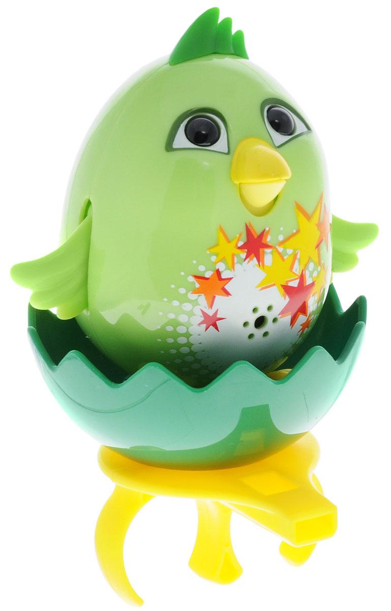 DigiFriends Интерактивная игрушка Цыпленок с кольцом цвет салатовый88280_салатовыйУ вас есть шанс получить уникального домашнего питомца - поющую птичку. Не каждый может похвастаться этим. Интерактивная игрушка DigiFriends Цыпленок с кольцом - это умная интерактивная птичка, которая будет развлекать вас различными мелодиями, пением и ритмичными движениями. Для активизации птички необходимо подуть на нее. Чтобы активировать режим проигрывания мелодий достаточно посвистеть в свисток, который имеется в комплекте. Игрушка издает 55 вариантов мелодий и звуков. Кольцо-свисток может служить как переносной насест для птички. Ребенок может надеть кольцо на два пальца, закрепить там игрушку и свободно играть или даже бегать. Птичка устойчива на любой ровной поверхности. Игрушка может поворачивать голову и шевелить клювом в такт мелодии. Игрушка работает в двух режимах: соло и хор. Можно синхронизировать неограниченное количество птичек или других персонажей DigiFriends. Главным в хоре становится персонаж, которого включили первым. ...