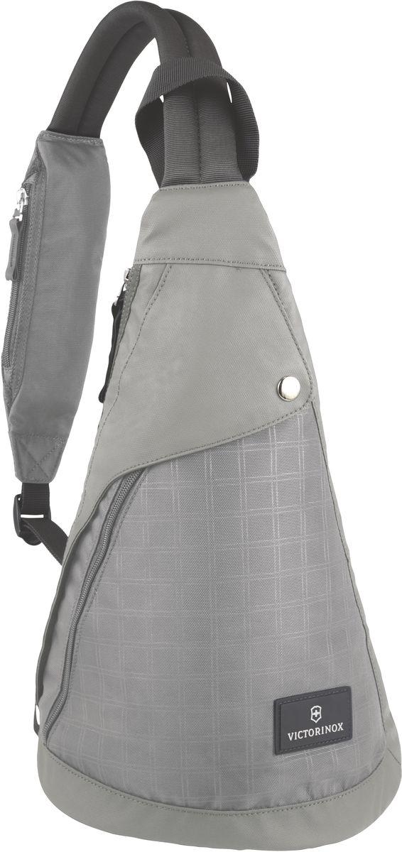 Рюкзак с одним плечевым ремнем Victorinox Monosling, цвет: серый. 3238880432388804Оригинальный швейцарский армейский нож «Swiss Army» был создан в 1897 году в небольшой деревушке Ибах в Швейцарии.С тех пор продукция,выпускаемая под маркой «Victorinox» с ее узнаваемым логотипом в виде креста на щите,по праву считается эталоном отличного качества,высокой функциональности,инновационных технологий и культового дизайна.Наша преданность принципам в течение последних 130 лет позволила нам создавать продукты,которые являются выдающимися не только по дизайну и качеству,но которые также являются надежными спутниками в больших и маленьких жизненных приключениях. Сегодня мы с гордостью представляем линейку сумок,чемоданов и дорожных аксессуаров,которые наилучшим образом воплощают в себе данные принципы,а также сочетают в себе черты нашего лучшего классического стиля. Индивидуальность-это то,что отличает вас от любого другого человека,с которым вы сталкиваетесь на улице,в поезде,с которым вы общаетесь в городе.Каждый день вашей жизни — это уникальный...