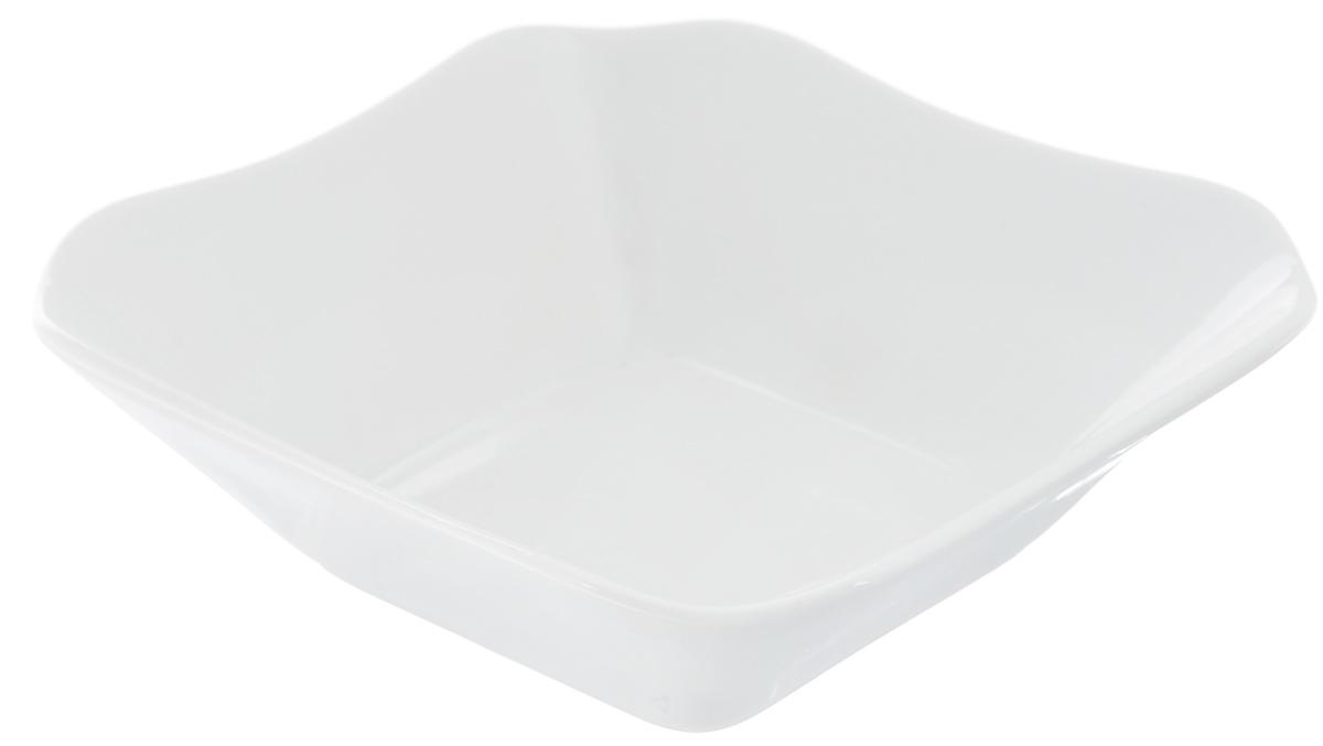 Салатник Белье, 450 мл6С0053Великолепный квадратный салатник Белье, изготовленный из высококачественного фарфора, прекрасно подойдет для подачи различных блюд: закусок, салатов или ягод. Такой салатник украсит ваш праздничный или обеденный стол, а оригинальное исполнение понравится любой хозяйке. Размер салатника: 15 х 15 см.