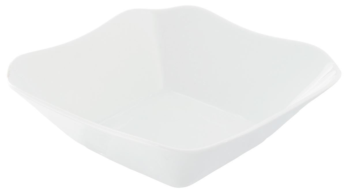 Салатник Белье, 720 мл507854Великолепный квадратный салатник Белье, изготовленный из высококачественного фарфора, прекрасно подойдет для подачи различных блюд: закусок, салатов или ягод. Такой салатник украсит ваш праздничный или обеденный стол, а оригинальное исполнение понравится любой хозяйке. Размер салатника: 17,5 х 17,5 см.