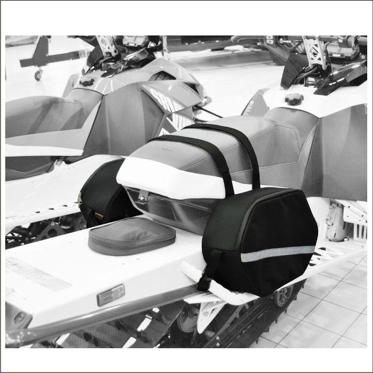 Сумка багажная AG-brand для снегохода Mountain, цвет: черныйAG-YAM-SMB-Bag-MountСумка для горного снегохода подходит для большинства моделей: Yamaha, BRP (Ski-Doo), Polaris, Arctic Cat. Багажные сумки предназначены для дооборудования, казалось бы, не пригодных для крепления кофров снегоходов. Однако каждый владелец горного снегохода сталкивается с проблемой размещения необходимых вещей. Для этого нами были разработаны сумки которые имеют достаточный объем, надежные крепления и привлекательный дизайн. Поклажа останется сухой благодаря использованию современных водонепроницаемых материалов и водонепроницаемой молнии.