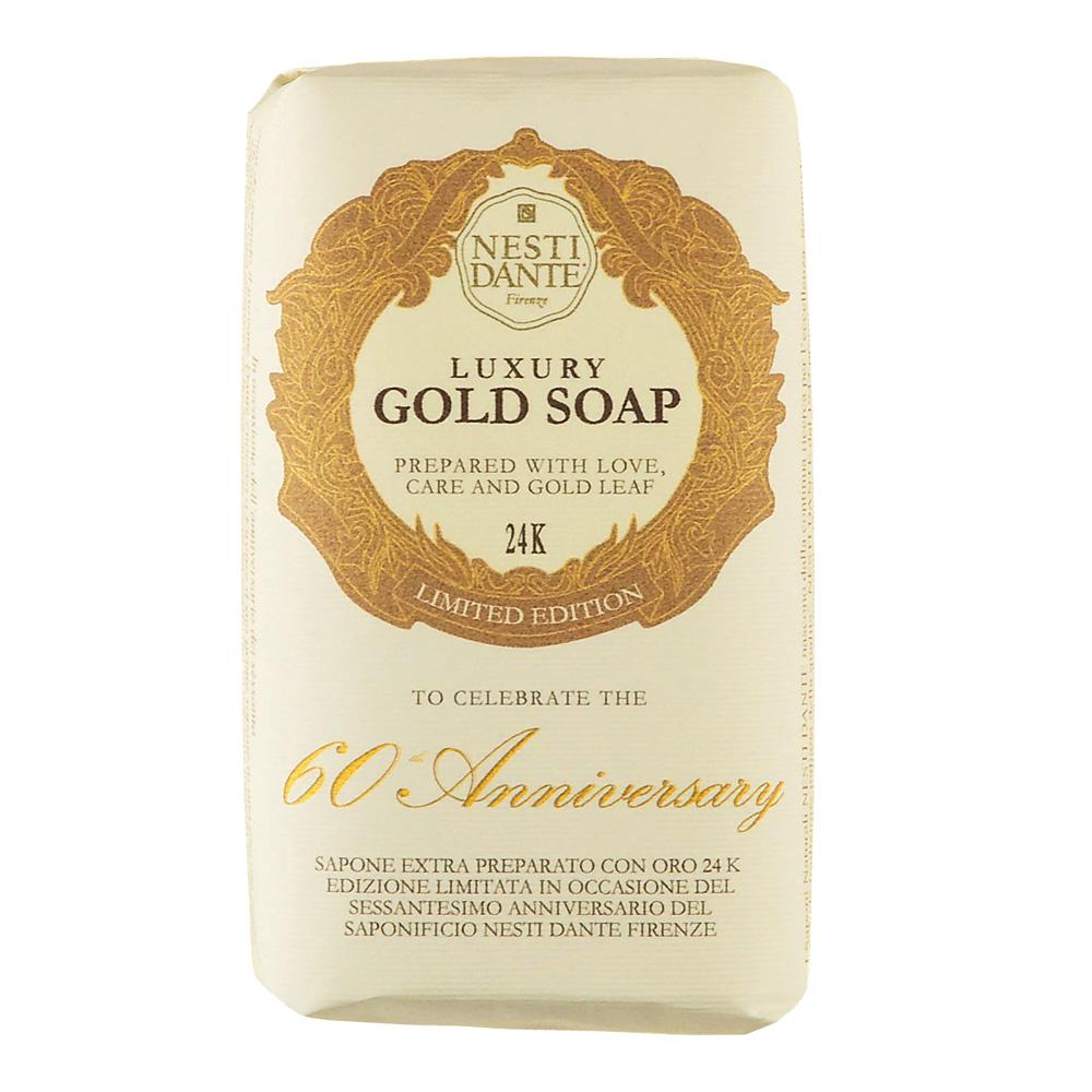 Мыло Nesti Dante Luxury Gold Soap. 24 карата, 250 г1781106Nesti Dante Luxury Gold Soap. 24 карата -высококачественное растительное мыло с золотом. Содержащиеся в мыле золотые частицы обладают уникальным комплексом свойств: доставляет в глубокие слои эпидермиса питательные и увлажняющие компоненты, стимулируют обменные процессы, восстанавливают и укрепляют клетки кожи. Кроме того, золото обладает выраженным противовоспалительным и матирующим эффектом. В дополнении к 24-каратам драгоценного полезного металла, мыльный слиток обладает ярким пудровым ароматом королевского ириса, символа Флоренции. Nesti Dante отметили свое 60-летие с королевским размахом, выпустив лимитированный тираж Золотого мыла. Этот слиток пенящегося золота в 24 карата надолго запечатлеет в памяти успешное 60-летие Тосканской мыловаренной компании.