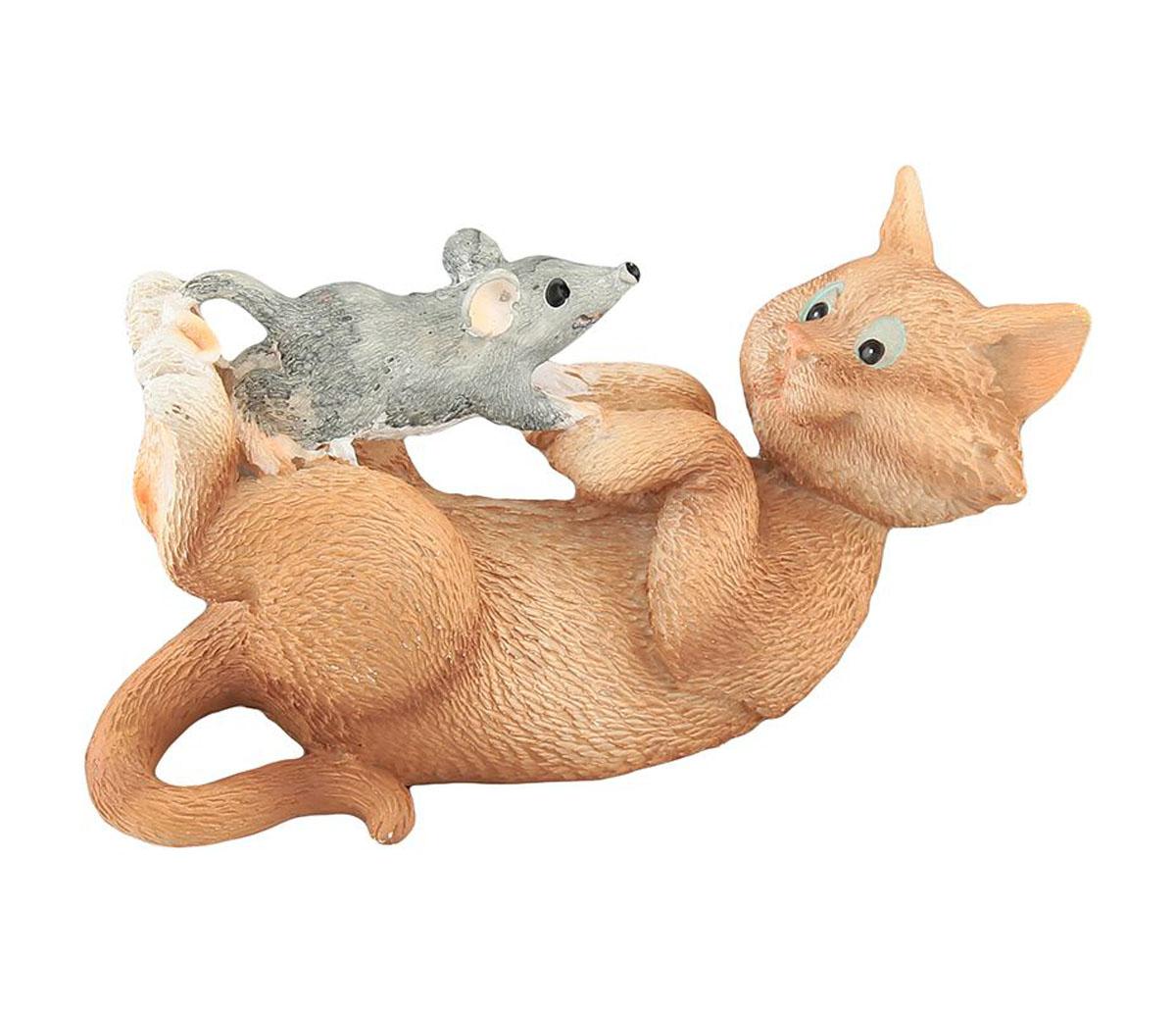 Фигурка декоративная Elan Gallery Кот с мышкой, высота 4,5 см700063Декоративные фигурки с изображением забавных животных, станут прекрасным сувениром, которые вызовет улыбку и поднимет настроение. Фигурки выполнены из полистоуна.