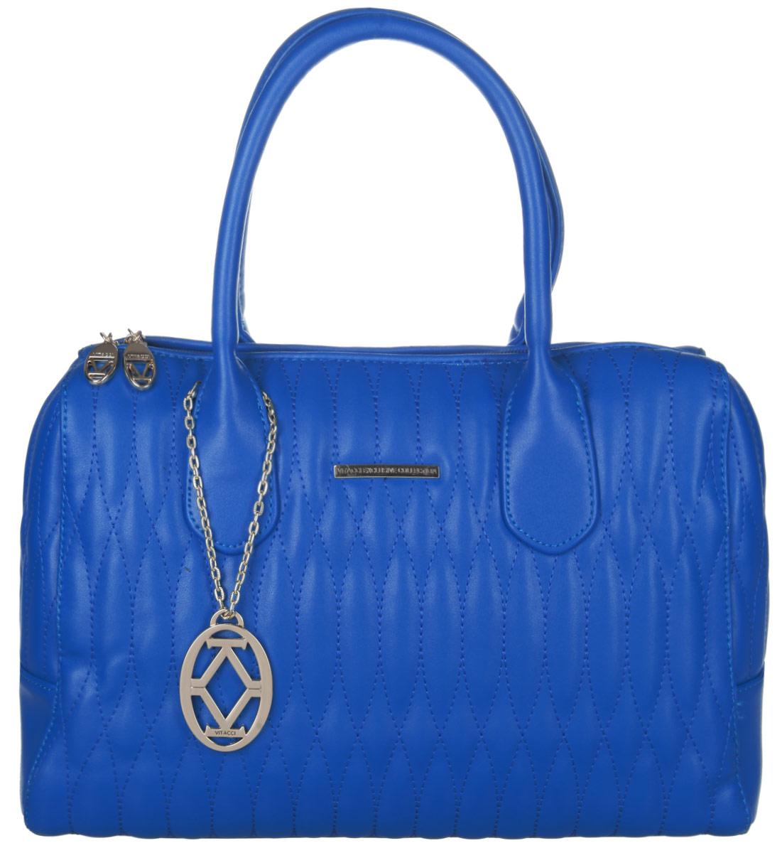 Сумка женская Vitacci, цвет: синий. VE0628VE0628Изысканная женская сумка Vitacci выполнена из качественной искусственной кожи синего цвета, оформлена декоративной отстрочкой. Сумка закрывается на замок-молнию с двумя бегунками. Удобные ручки крепятся к корпусу сумки. Внутри одно отделение. Вместительное внутреннее отделение содержит два накладных кармана для телефона и мелких принадлежностей, а также врезной карман на молнии и отдельный глубокий карман на замке-молнии, прикрепленный к стенке сумки. Снаружи на задней стенке сумки размещен вшитый карман на молнии. Сумка декорирована металлическим брелоком золотистого цвета на съемной цепочке с логотипом фирмы. Практичная и стильная сумка прекрасно завершит ваш образ.