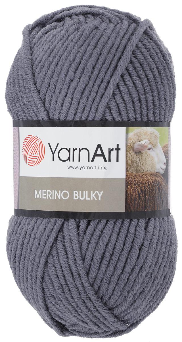 Пряжа для вязания YarnArt Merino Bulky, цвет: темно-серый (9561), 100 м, 100 г, 5 шт372068_3088В состав пряжи YarnArt Merino Bulky входит шерсть, дарящая натуральное тепло, и практичный акрил, помогающий не скатываться готовому изделию и сохранять форму. Тем не менее, вещи из этой пряжи требуют особого внимания - деликатной ручной стирки, аккуратной сушки в разложенном виде. Мягкая и уютная пряжа YarnArt Merino Bulky универсальна в применении, из нее отлично получаются модные вязаные вещи для детей и взрослых - от практичных домашних носков до плотных кофт и курток. Многообразие цветовой палитры позволяет экспериментировать и фантазировать с фасонами и модными моделями, а опыт рукодельниц воплощает все задумки в реальность. Рекомендуются спицы 7 мм, крючок 8 мм. Состав: 30% шерсть, 70% акрил. Комплектация: 5 шт. Длина мотка: 100 м. Вес мотка: 100 г.