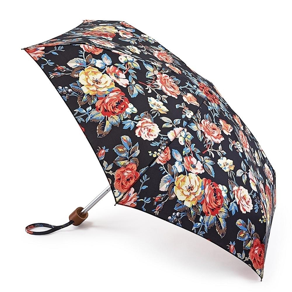 Зонт женский механика Cath Kidston Fulton, расцветка: розы. L521-3069 GardenRoseCharcoalL521-3069 GardenRoseCharcoalПрочный, необыкновенно компактный зонт, который с легкостью поместится в маленькую сумочку. Удобный плоский чехол. Облегченный алюминиевый каркас с элементами из фибергласса. Ветроустойчивая конструкция. Размеры зонта в сложенном виде 15смх6смх3см, диаметр купола 87 см.