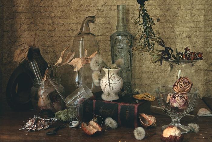 Открытка Тайная комната. Автор Наталья КоваликKN10-003Оригинальная дизайнерская открытка « Тайная комната» выполнена из плотного матового картона. На лицевой стороне расположена репродукция фото-работы Натальи Ковалик с вазами и бутылями. Такая открытка станет великолепным дополнением к подарку или оригинальным почтовым посланием, которое, несомненно, удивит получателя своим дизайном и подарит приятные воспоминания.