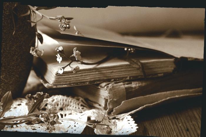 Открытка Незабудкина печаль. Автор Наталья КоваликKN10-005Оригинальная дизайнерская открытка «Незабудкина печаль» выполнена из плотного матового картона. На лицевой стороне расположена репродукция фото-работы Натальи Ковалик с натюрмортом с цветами и книгами. Такая открытка станет великолепным дополнением к подарку или оригинальным почтовым посланием, которое, несомненно, удивит получателя своим дизайном и подарит приятные воспоминания.