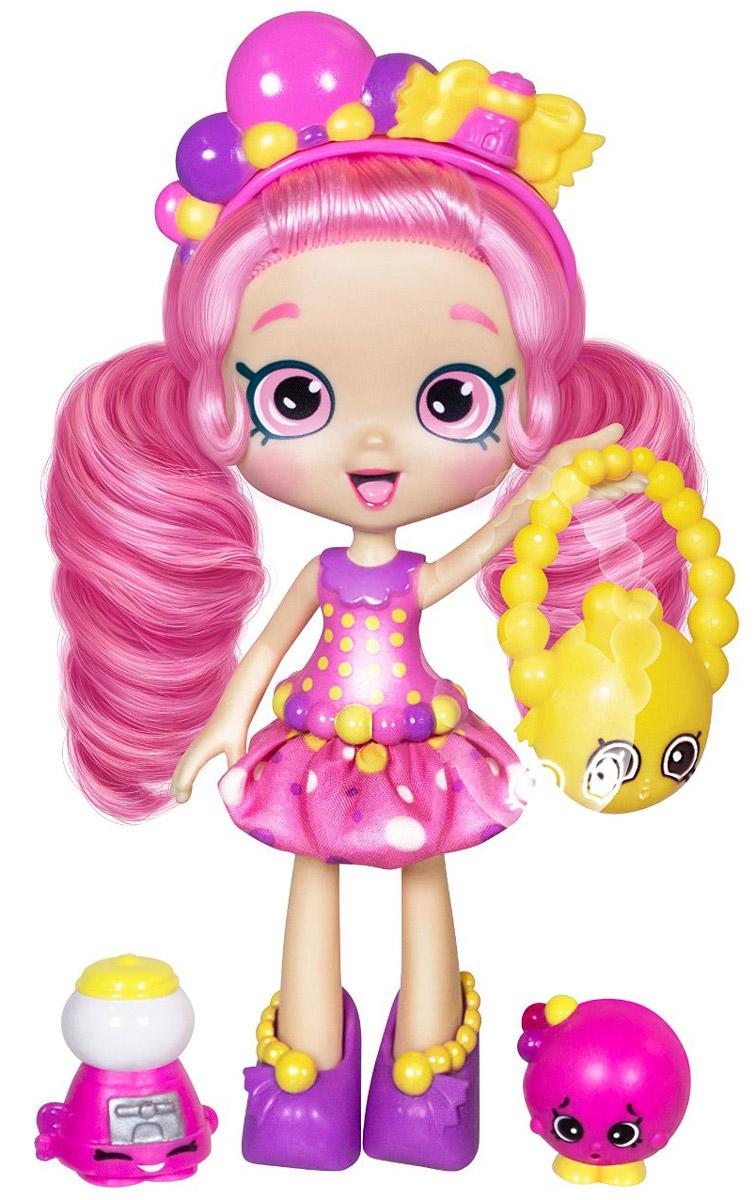 Shopkins Мини-кукла Бублиша56161/ast56134 (56161, 56163, 56164)Мини-кукла Shopkins Бублиша - это новая игрушка популярной серии для девчонок Shopkins. Ранее среди шопкинсов не было кукол, они появились лишь в новом 4 сезоне. Своим обликом Бублиша обязана дизайну популярных сладких жвачек (бубльгум): конфетная расцветка наряда, пузыри на ободке и даже розовые глаза! Кстати, глаза куклы нарисованы точно также, как и глаза обычных шопкинс. Вместе с куклой вы найдете: расческу, VIP-карточку (выполнена в виде кредитной карты, дает доступ к приложению Shopkins), подставку, сумочку, а также две эксклюзивные фигурки шопкинс. Эти фигурки нельзя приобрести отдельно, только с этим набором. Руки куклы не сгибаются, зато могут быть подняты и опущены. Бублиша может сидеть, а также стоять на подставке в ботинках. Кофточка у куклы пластиковая, а юбка - из ткани, ее можно снять.