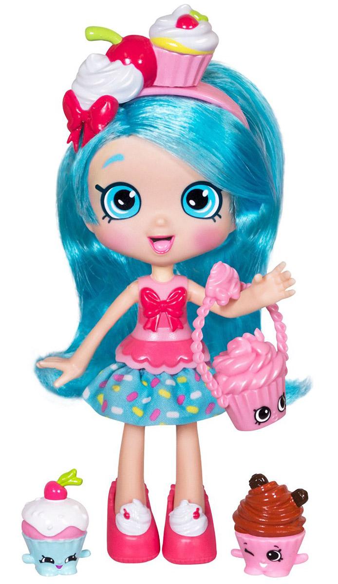 Shopkins Мини-кукла Джессикейк56164/ast56134 (56161, 56163, 56164)Мини-кукла Shopkins Джессикейк сможет понравиться всем поклонницам игрушек Шопкинс. Эта милая девочка, которая очень любит различные сладости. Ее волосы голубого цвета, а на голове красуется ободок с пирожными. У Джесси имеется милая розовая сумочка, которая хорошо дополняет ее образ. Также, чтобы ее волосы всегда были аккуратно уложены, в набор входит расческа. У Джесси имеются два маленьких друга-шопкинса, которые не дадут ей скучать и не оставят в одиночестве.