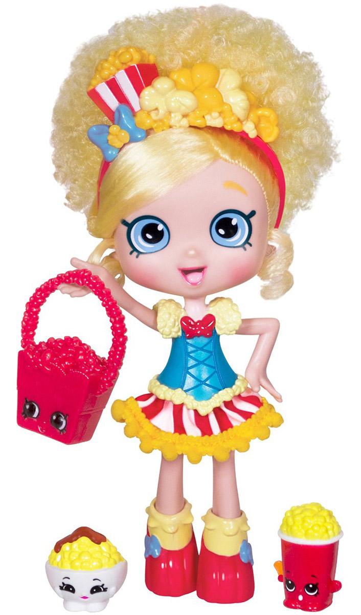 Shopkins Кукла Шоппиес Попетта56163/ast56134 (56161, 56163, 56164)Кукла Shoppies Попетта – новинка 2016 года! До сих пор в линейке Шопкинс австралийский бренд Moose выпускал только фигурки и аксессуары, и лишь в 4 сезоне серии появились куклы. Попетта – одна из трех представительниц новых Shoppies. Это небольшая кукла с забавной прической. Ее глаза выполнены в стиле, характерном для фигурок шопкинс. Вместе с Попеттой в наборе есть несколько аксессуаров – подставка, расческа, сумочка, а также VIP-карточка (которая выглядит совсем как настоящая банковская карточка). Последняя дает доступ к играм для мобильных платформ: их можно будет скачать на официальном сайте Moose. А, кроме того, вместе с Попеттой вы найдете две эксклюзивных фигурки шопкинс, которых не встретить в других наборах – Bowl-inda Popcorn и Polly Popcorn. Эти фигурки нельзя приобрести отдельно, только с этим набором. Кукла может стоять на подставке, прикрепляясь с помощью отверстия в ботинке, или сидеть на ровной поверхности. Руки не сгибаются, но могут подниматься и...