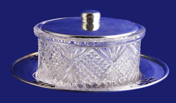 Сахарница в классическом стиле. Хрустальное стекло, металл, серебрение. Великобритания, первая половина XX векаПБ ДПА 16082016-8Сахарница в классическом стиле. Хрустальное стекло, металл, серебрение. Великобритания, первая половина XX века. Высота 5 см, диаметр 10 см. Диаметр подставки 15,5 см. Сохранность хорошая. Изделие отличает стиль, достоинство и великолепное исполнение. Сахарница станет особенным украшением вашего собрания и стильным акцентом в интерьере кухни или столовой. Такой предмет интерьера подчеркнет утонченный вкус владельца и украсит любое чаепитие!