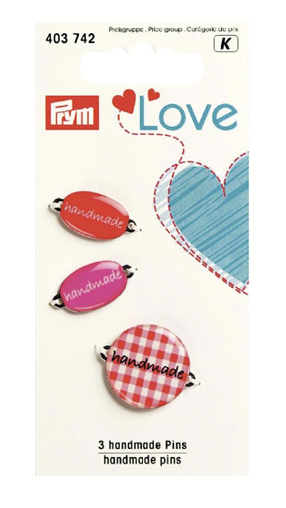 Набор эмблем Prym Handmade. Love, цвет: красный, 3 шт7715141Эмблемы предназначены для пришивания, а также использования в качестве дизайнерских ярлычков на одежде, сумках, рюкзаках, шапках и так далее.
